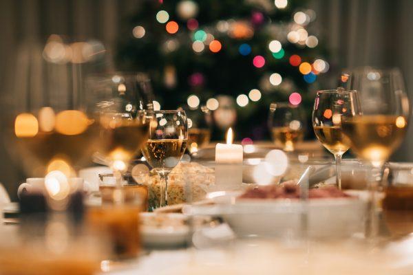 gedekte tafel voor een kerstdiner